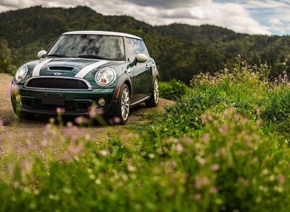 Green fields and green mountains. @thetwistyroad captures the #BritishRacingGreen #MINI in #California. https://t.co/hfJMz2BUJq