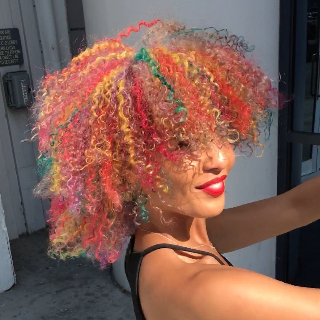 Rainbow dye enhances the natural beauty of curly hair 🌈 https://t.co/yWgZBcJ7mS