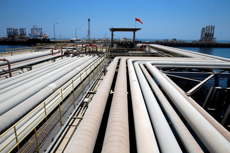 Oil falls as Saudi output rises to compensate for disruptions