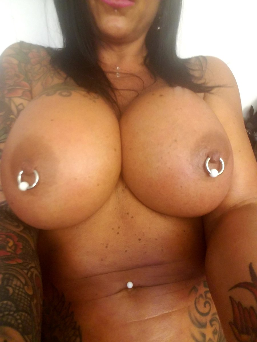 3 pic. Almost forgot about #TittyTuesday ! #MILF #Boobs FsC5Tovajr