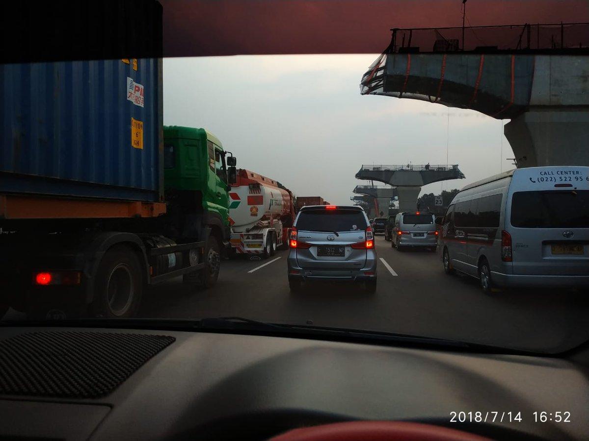 16.57: #TolCkmpk di KM 23 arah ke Jakarta, padat. (Taufik) #ElshintaWeekend https://t.co/gP3dTMee9k