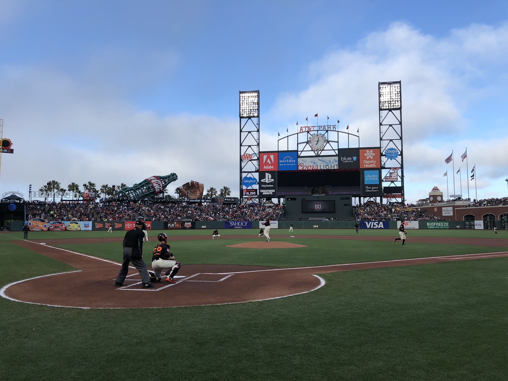 Saturday night ⚾️ at our ballpark by the bay.  #SFGiants https://t.co/sem7FxOujD