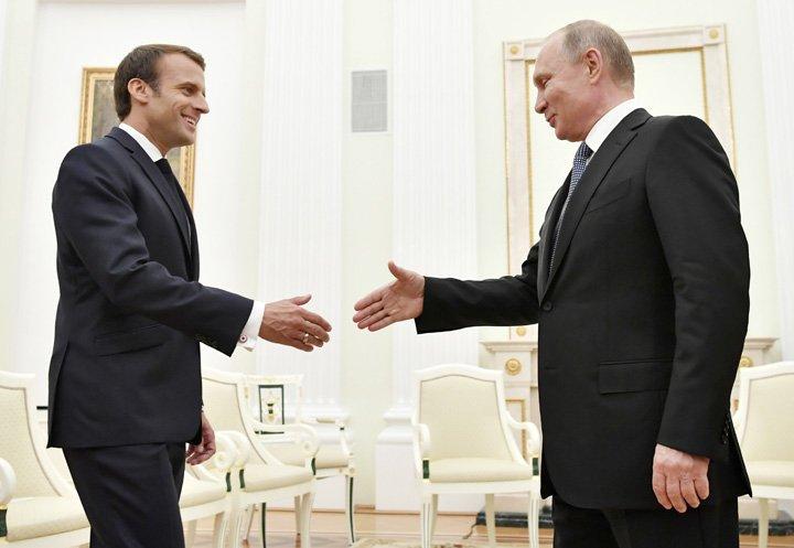 @BroadcastImagem: Emmanuel Macron é recebido pelo líder russo, Vladimir Putin, no Kremlin. Yuri Kadobnov/AP