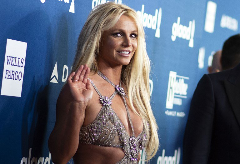 RT @dnaAfterHrs: #BritneySpears braves wardrobe malfunction to finish performance https://t.co/ENbe5pkcmn https://t.co/qtFzt68yuz