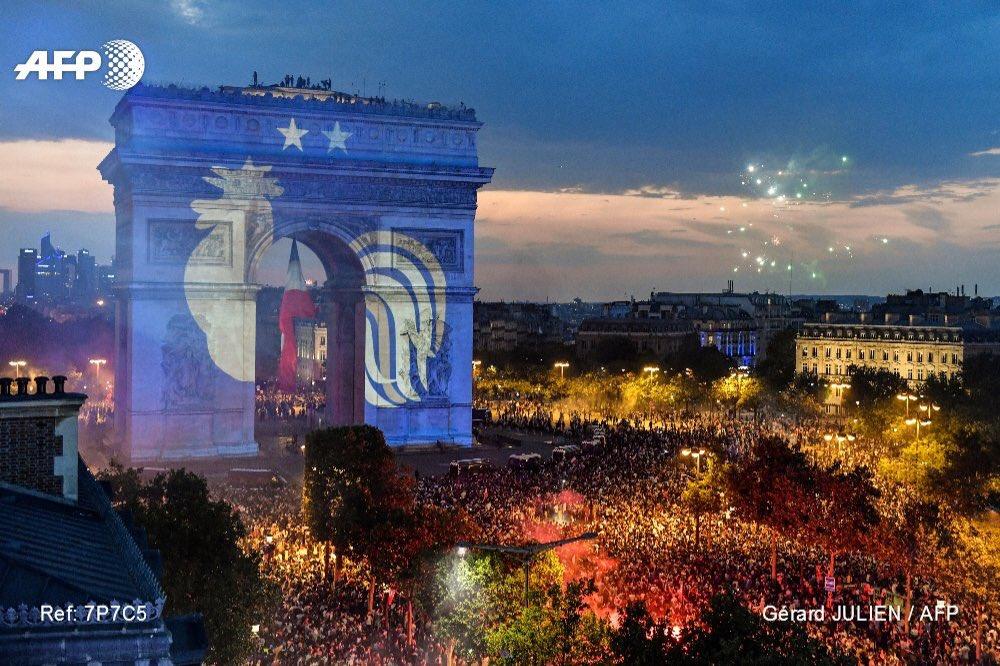 test ツイッターメディア - パリがサッカーフランス代表「レ・ブルー」一色に染まっています!フランスの人々はチームと一体となっています。スポーツの魔法、万歳!#W杯 #ワールドカップ #フランス 🇫🇷💕⚽️🏆⭐️⭐️🎊🎉🍾🔥🤩‼️ https://t.co/XB2vqk8CUO
