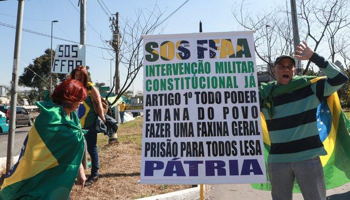 @BroadcastImagem: Manifestantes pedem intervenção militar durante ato realizado na Marginal Tietê, em SP. Werther Santana/Estadão