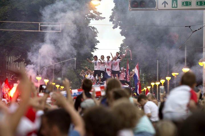 @BroadcastImagem: Seleção da Croácia é recebida com festa da torcida no centro de Zagreb. Marko Drobnjakovic/AP