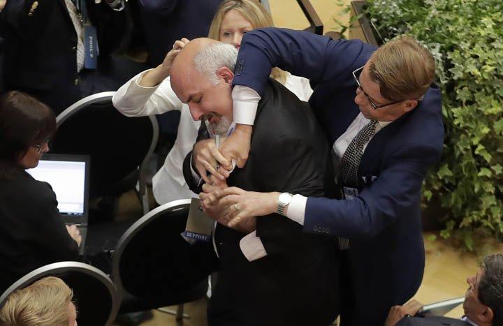 @BroadcastImagem: Homem que protestava contra armas nucleares é retirado à força da cúpula Rússia-EUA. Markus Schreiber/AP