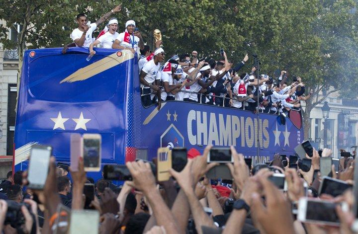 @BroadcastImagem: Seleção da França desfila na Champs-Elysées após a conquista do bi da Copa do Mundo. Claude Paris/AP