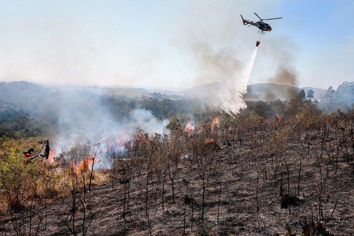 @BroadcastImagem: Incêndio atinge a região do Pico do Jaraguá, na zona norte de SP. Tiago Queiroz/Estadão