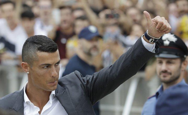 @BroadcastImagem: Cristiano Ronaldo faz exames médicos e tem primeiro contato com a torcida da Juventus. Luca Bruno/AP