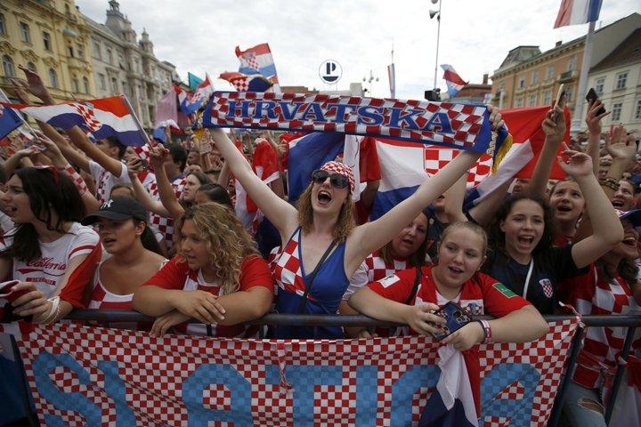@BroadcastImagem: Torcedores aguardam a chegada da seleção da Croácia em Zagreb, nesta segunda-feira. Darko Vojinovic/AP