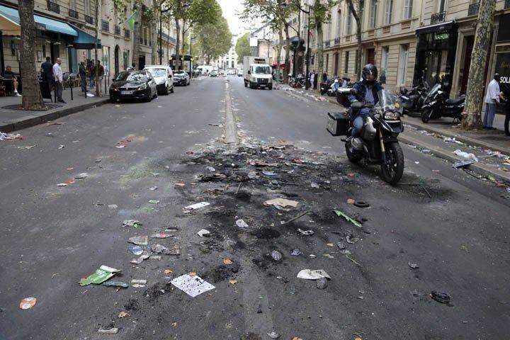 @BroadcastImagem: Paris tem cenas de sujeira e destruição após comemoração da vitória na Copa do Mundo. Bob Edme/AP