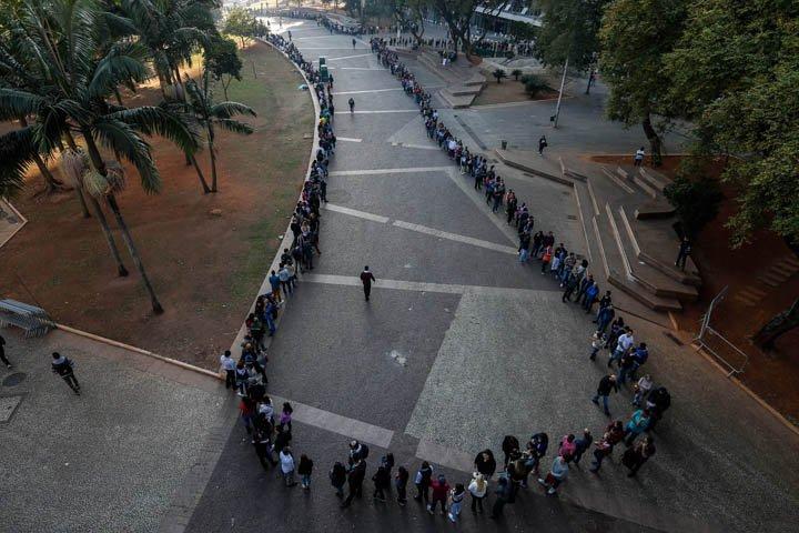 @BroadcastImagem: Multidão faz fila por vagas de emprego em evento da UGT, no centro de SP. Felipe Rau/Estadão