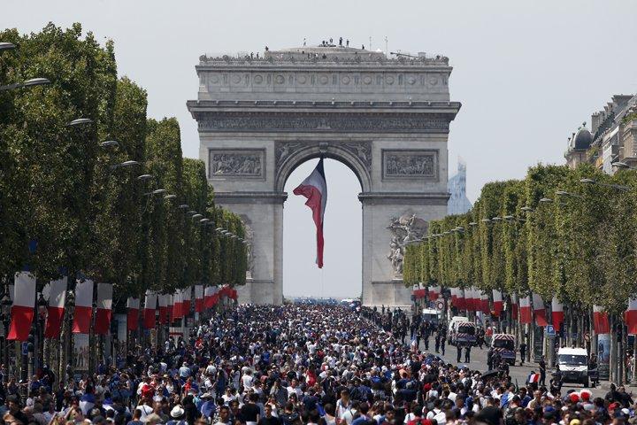@BroadcastImagem: França aguarda chegada dos campeões da seleção com festa na Champs-Elysées. Thibault Camus/AP