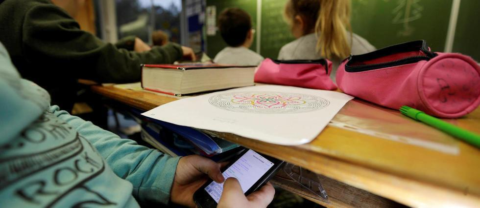 RT @LePoint: Vers une interdiction du portable dans les lycées?