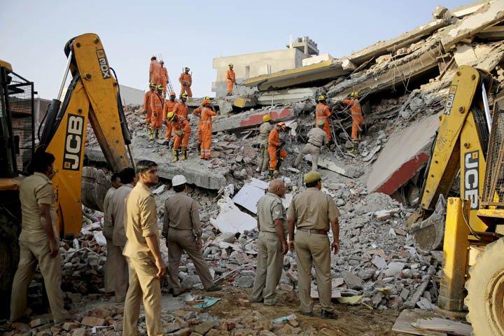 @BroadcastImagem: Prédio cai na Índia, deixa três mortos e vários desaparecidos. Altaf Qadri/AP