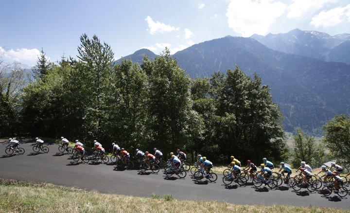 @BroadcastImagem: Ciclistas na 11ª etapa do Tour de France, entre Albertville e La Rosière Espace San Bernardo. Christophe Ena/AP