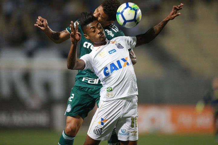 @BroadcastImagem: Em jogo de dois tempos distintos, Santos e Palmeiras empatam no Pacaembu. Nilton Fukuda/Estadão