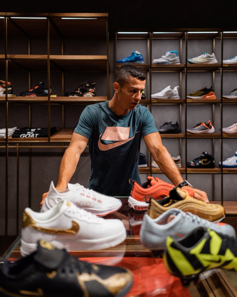 Confidence in style. Checking out some of my favorite #Nike sneakers ???? #NikeFootball #CR7 #CR7Tour https://t.co/SNQ6nIIgmH