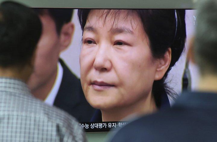 @BroadcastImagem: Ex-presidente da Coreia do Sul é condenada pela 2ª vez; prisão chega a 32 anos. Ahn Young-joon/AP