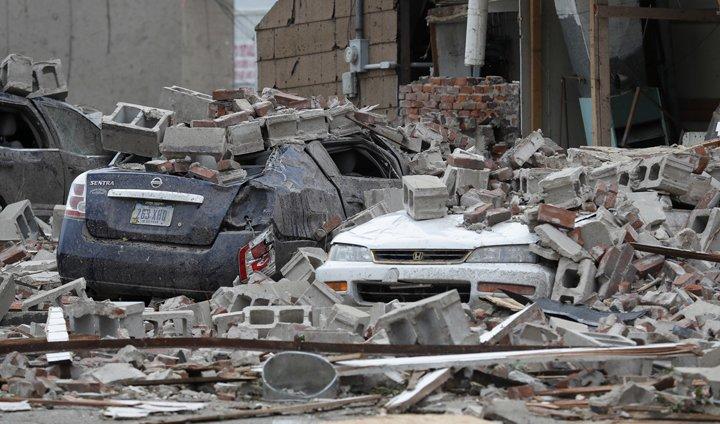 @BroadcastImagem: Tornado causa estragos na zona central da cidade de Marshalltown, no estado do Iowa. Charlie Neibergall/AP