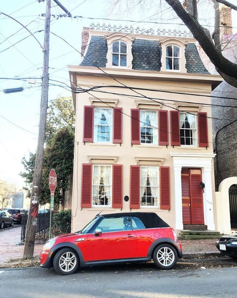 A beautiful building with a ground floor highlight. @oldtowntwo captures this #ChiliRed #MINI in #AlexandriaOldTown. https://t.co/lriawHSEgP