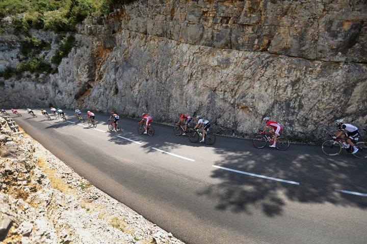 @BroadcastImagem: Corrida de ciclismo Tour da France passa por Saint-Paul-Trois-Chateaux e Mende neste sábado. Peter Dejong/AP