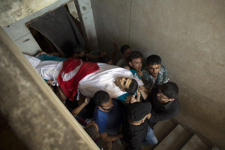 @BroadcastImagem: Funeral de Mohammed Badwan, morto por tropas israelenses durante protesto em Gaza. Khalil Hamra/AP