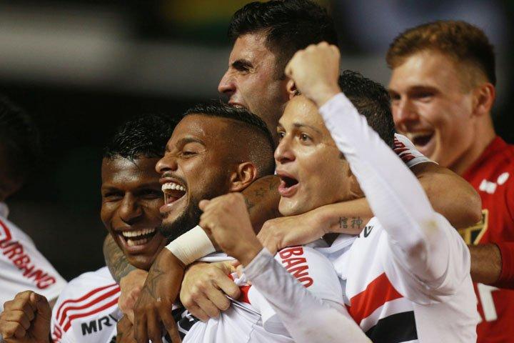 @BroadcastImagem: Com dois gols de Reinaldo (c), São Paulo vence Corinthians por 3 a 1 no Brasileirão. Werther Santana/Estadão