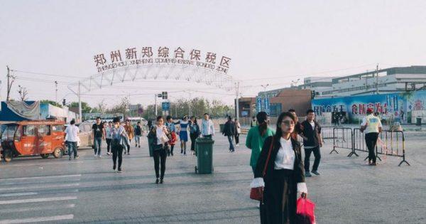 Así es iPhone City, la ciudad china donde se fabrican la mitad de los iPhone del mundo https://t.co/QmgHIB4kGD https://t.co/0mpSAAwooH