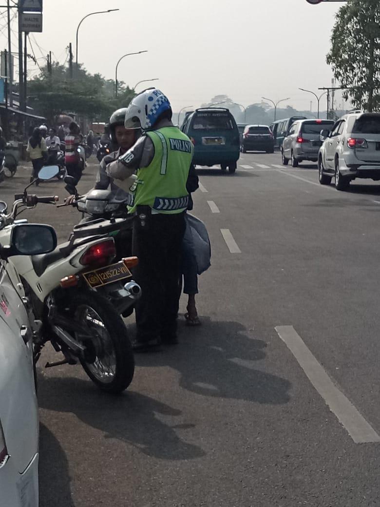 09.30 Penindakan dengan tilang kepada pengendara sepeda motor yg lawan arus di JL Baru Kp Rambutan JakTim. https://t.co/pPUkuUuNR2