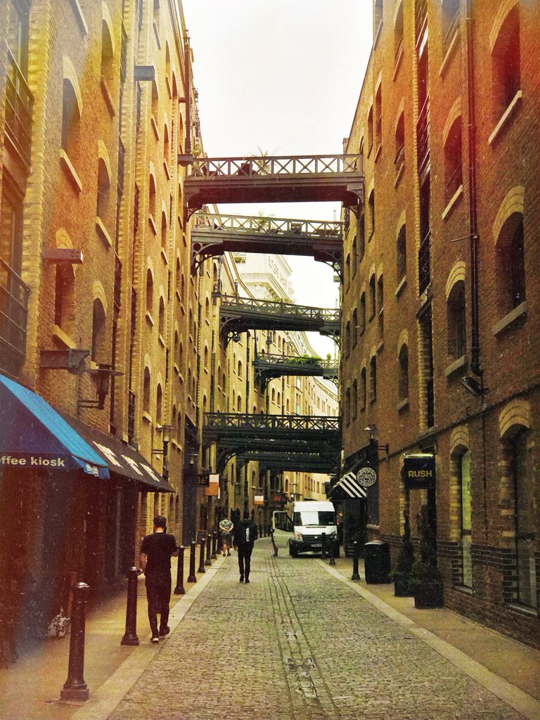 We just love the quirky character of #ShadThames near @TowerBridge 🙌  Come to think of it, what's your favourite street in London? 💭🤔 https://t.co/MUBqJ4NPL8