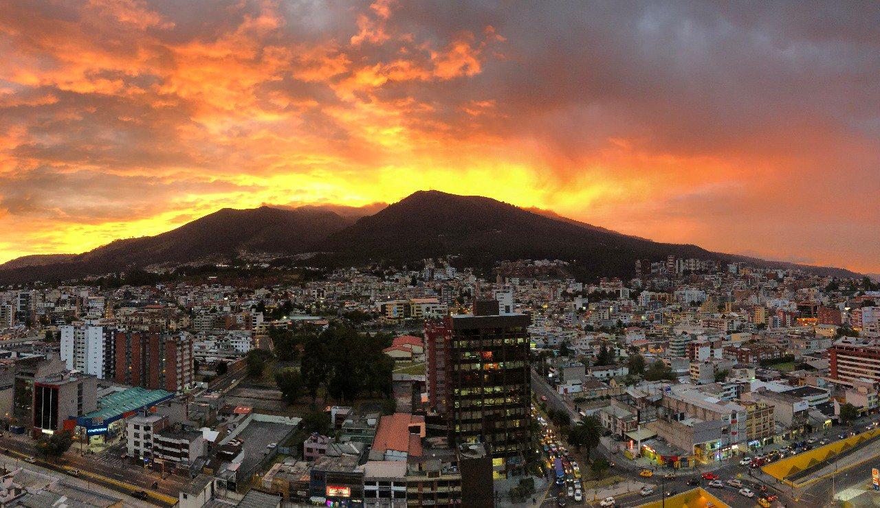 cuando los atardeceres miman a Quito.... https://t.co/Z7gGcsCnaW