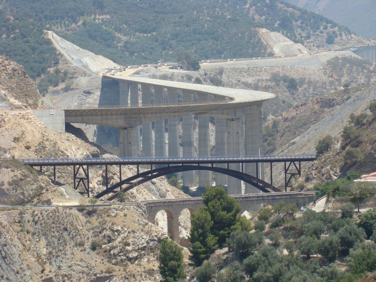 De esta foto (A44 dirección Motril) me fascina pensar...qie será lo siguiente?  Pensaban los ingenieros del primer puente lo que vendría en El Segundo? Y los del segundo?....cómo será el cuarto modelo de futuro que deja entrever esta imagen? Volando? https://t.co/81rRFHHJwA