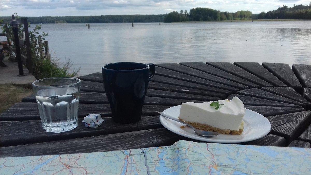 Pause café-cheese cake face au lac : ça va être dur de re-décoller...