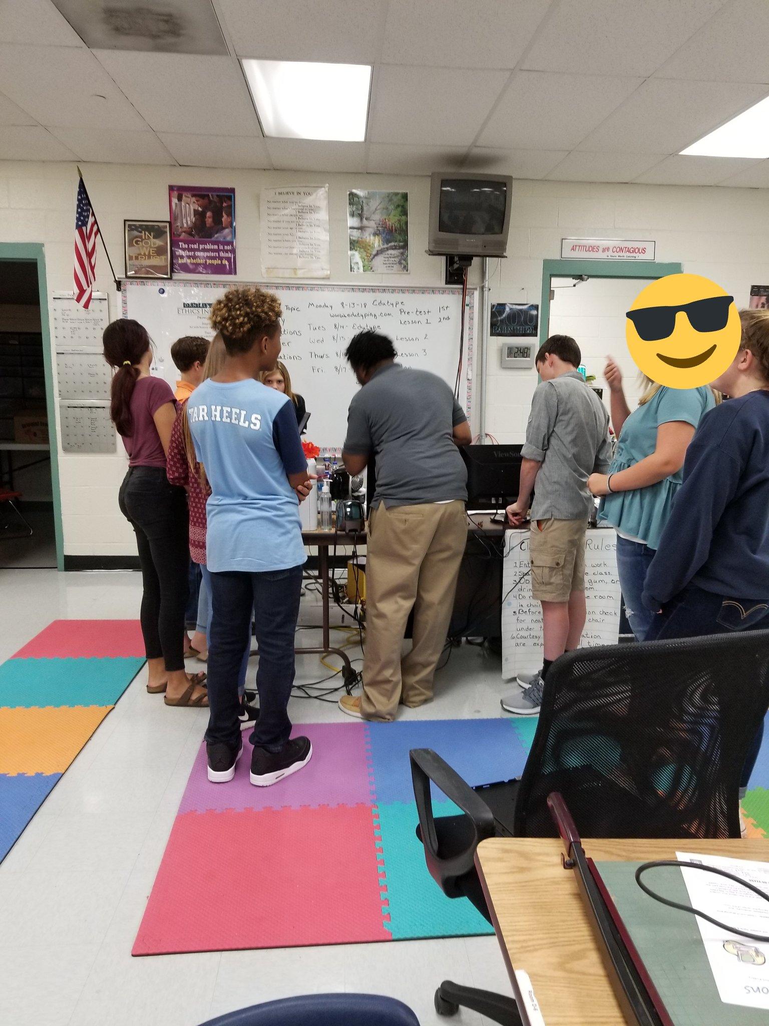Teachable moment...Hernando Computer Tech, Mr. Fair shows Students the inside of new their computers. #TeamDCS #RAISETHEBAR18 https://t.co/fDuuIrkfj6