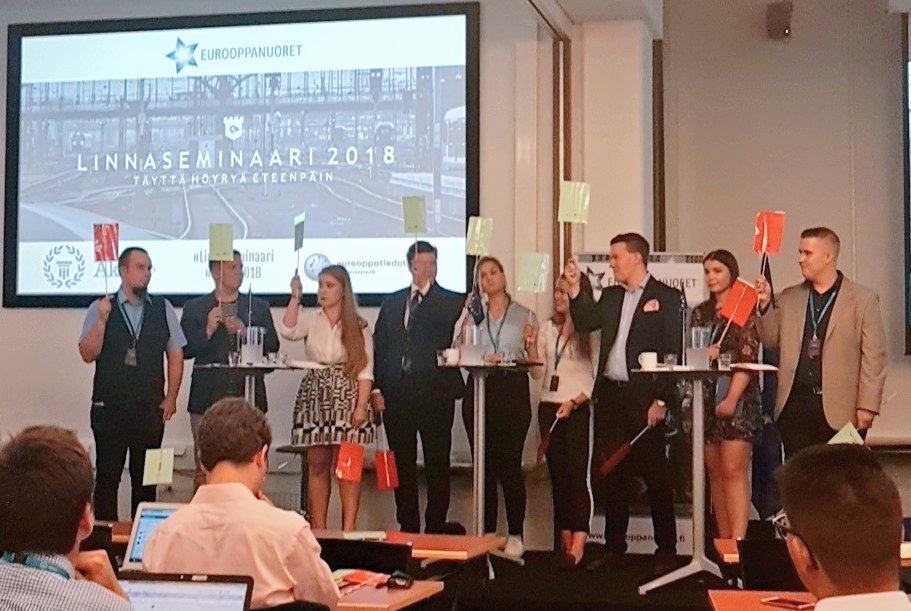 """test Twitter Media - Poliittisten nuorisojärjestöjen paneeli käynnissä #linnaseminaari'ssa. KD Nuorten puheenjohtaja @AleksiSarasmaa """"Ei""""-linjalla. #Linna18 #fiftyshadesofei https://t.co/QaMUInHskm"""