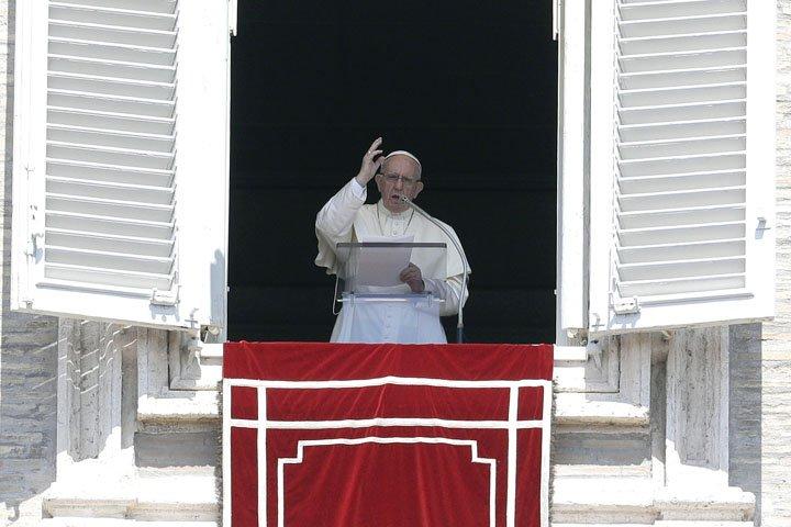 @BroadcastImagem: Papa Francisco reza o Angelus da janela do apartamento apostólico, no Vaticano. Gregorio Borgia/AP