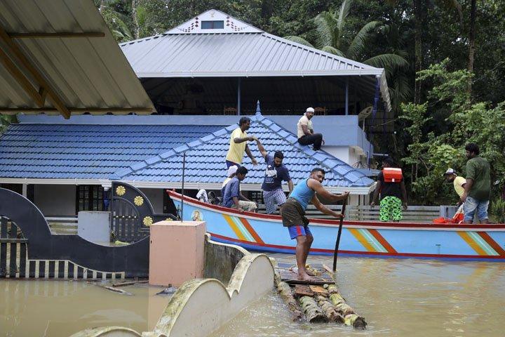 @BroadcastImagem: Pessoas ilhadas são resgatas de área inundada em Kerala, na Índia. Aijaz Rahi/AP