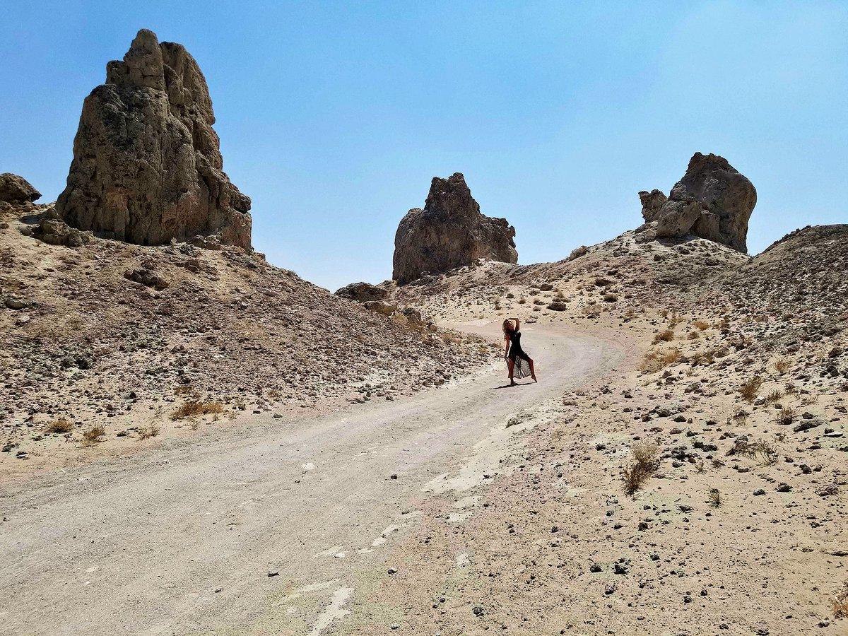 3 pic. The Trona Pinnacles Are An Otherworldly Geological Phenomenon 🌒 LRHFxZMzrZ