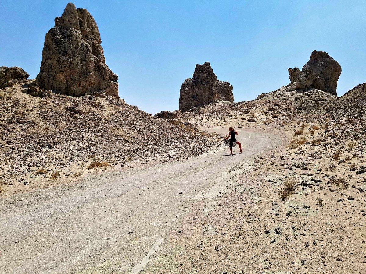 4 pic. The Trona Pinnacles Are An Otherworldly Geological Phenomenon 🌒 LRHFxZMzrZ