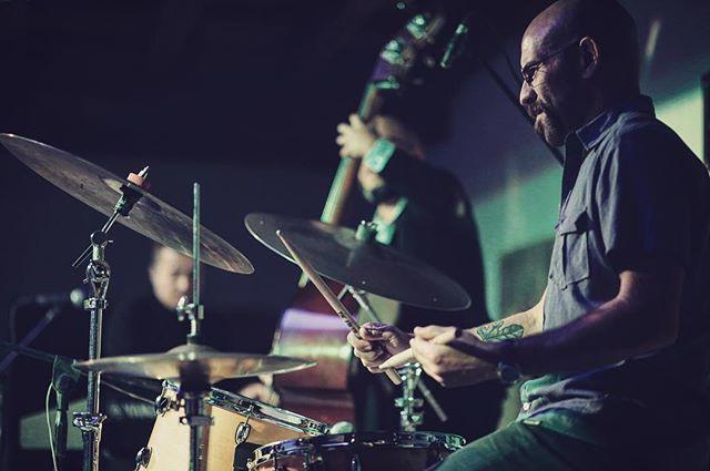 Foteando a los amigos, ayer en el Festival de Jazz de Real de Catorce con el trío de Alex Mercado, Israel Cupich y mi favorito @gabrielpuentes1 Gabriel Puentes . #photography #photo #pic #photooftheday #jazz #jazzdrummer
