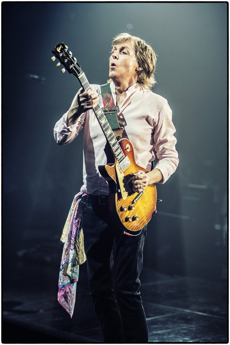 RT @PaulMcCartney: Hey all you lefties, have a happy #LeftHandersDay https://t.co/VqSbhwmdof