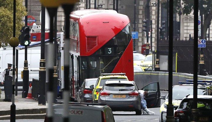 @BroadcastImagem: Homem joga veículo contra barreiras do Parlamento britânico; polícia trata caso como atentado. Alastair Grant/AP