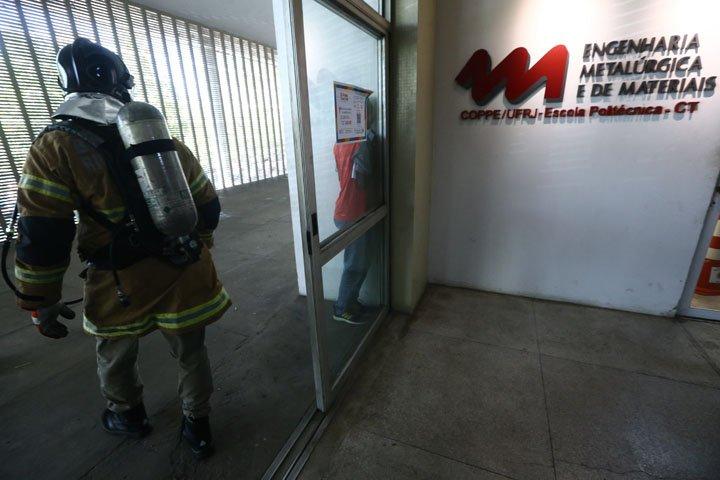 @BroadcastImagem: Explosão em laboratório deixa três feridos no prédio da Metalurgia da COPPE/UFRJ. Fábio Motta/Estadão