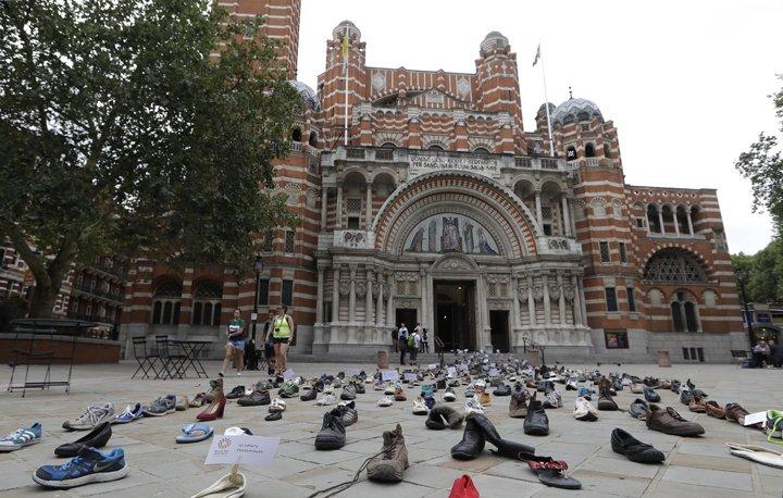 @BroadcastImagem: Sapatos são colocados na Catedral de Westminster durante campanha em prol de refugiados. Kirsty Wigglesworth/AP