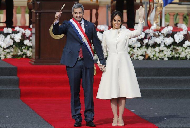 @BroadcastImagem: Mario Benítez, acompanhado da esposa Silvana Lopez, toma posse na Presidência do Paraguai. Jorge Saenz/AP