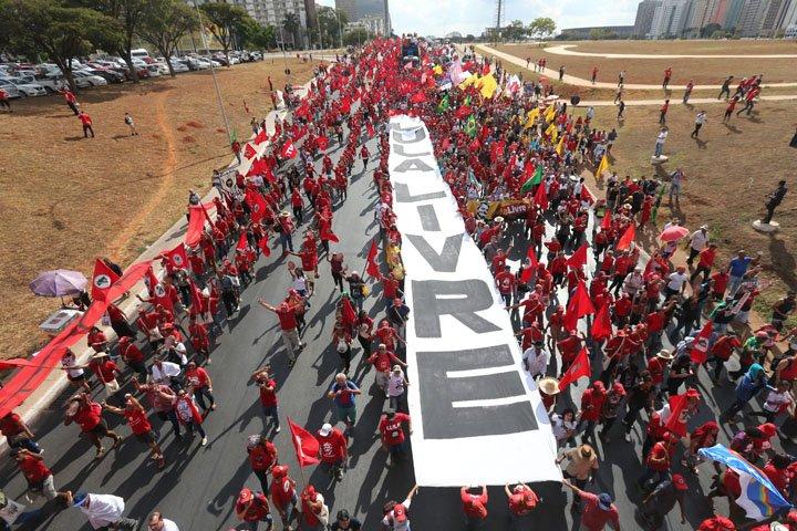@BroadcastImagem: Protesto a favor de Lula bloqueia um dos eixos da Esplanada dos Ministérios, em Brasília. Wilton Júnior/Estadão