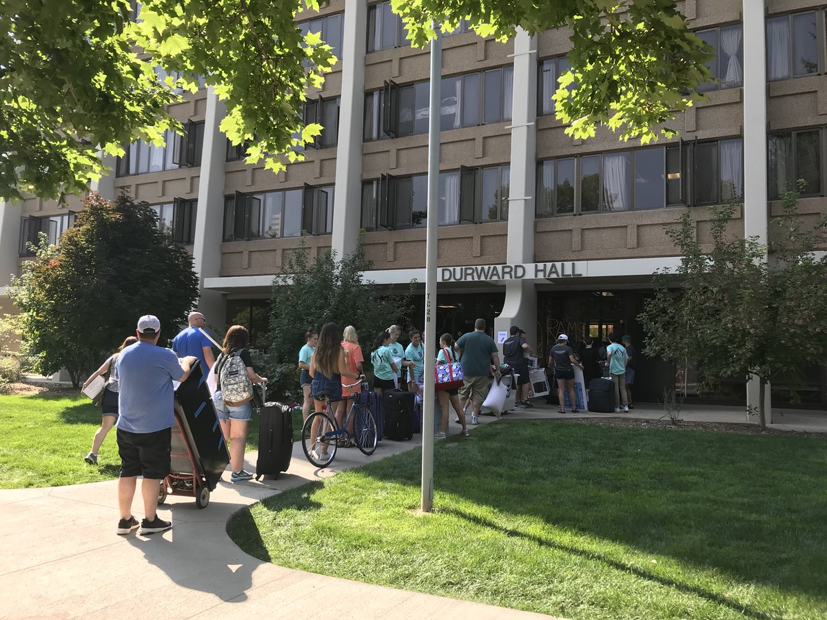Move in at #ColoradoState. About 6,400 students are living in residence halls this year 🐑 #RamWelcome https://t.co/5VrQBIjyuS